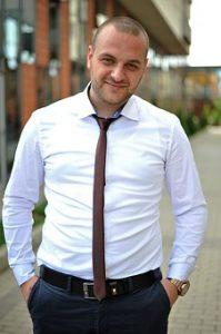 Бяла риза с вратовръзка