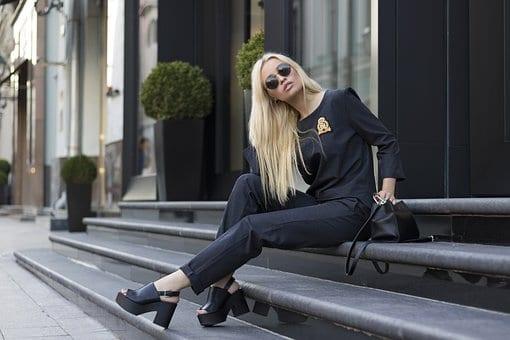 Черен дамски костюм