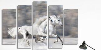 Картина с галопиращи бели коне