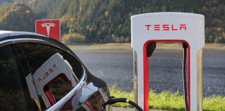 Зареждане на електромобил Тесла