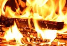 Домашен уют с камина и огън