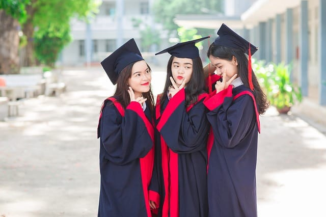 шапки за дипломиране